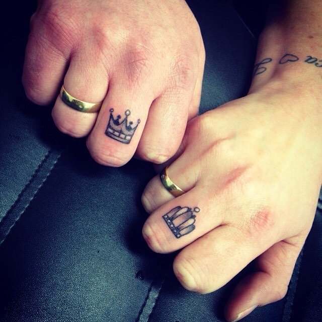 Crown tattoos on finger - photo#43
